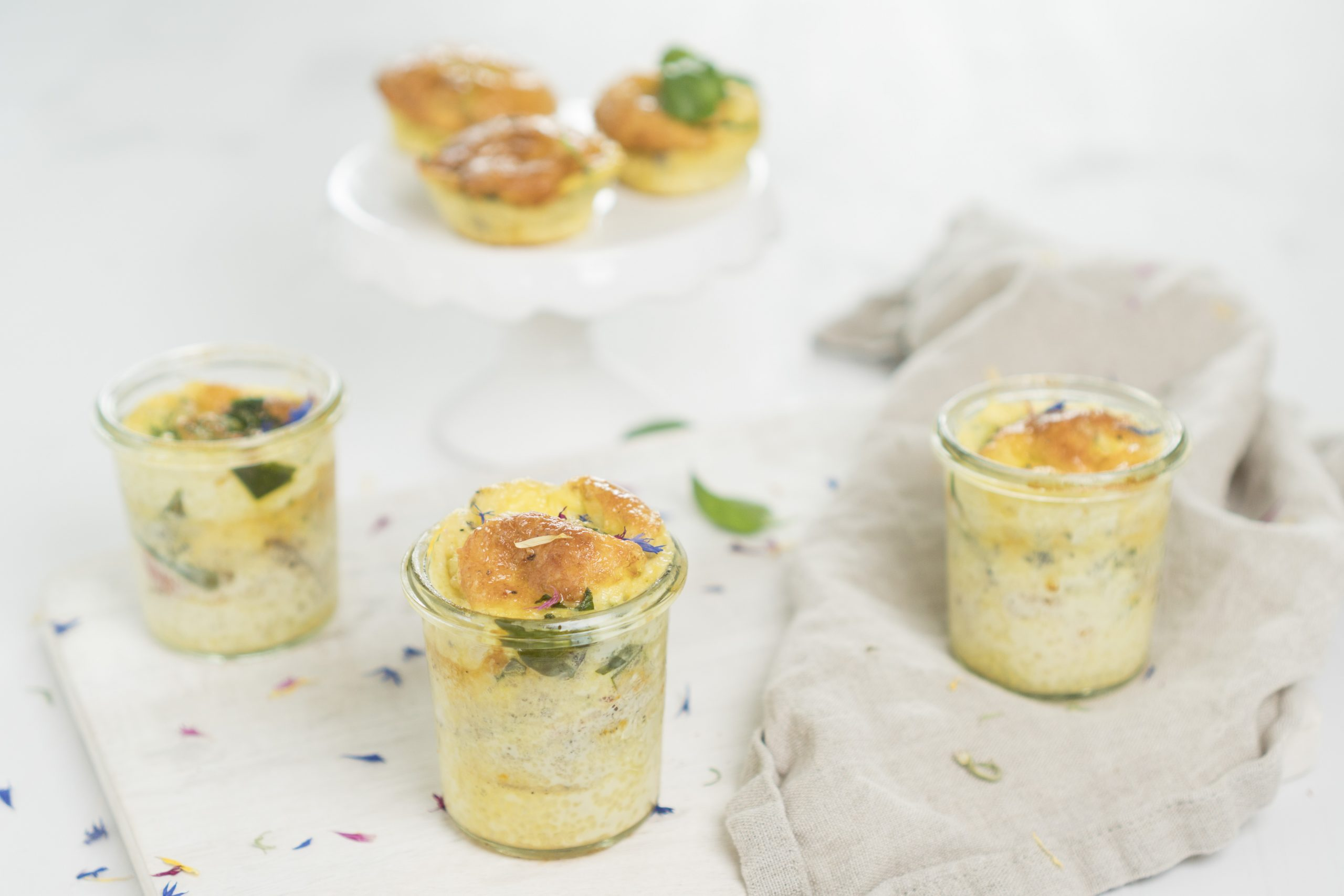 Eiermuffins mit Tomaten und Spinat