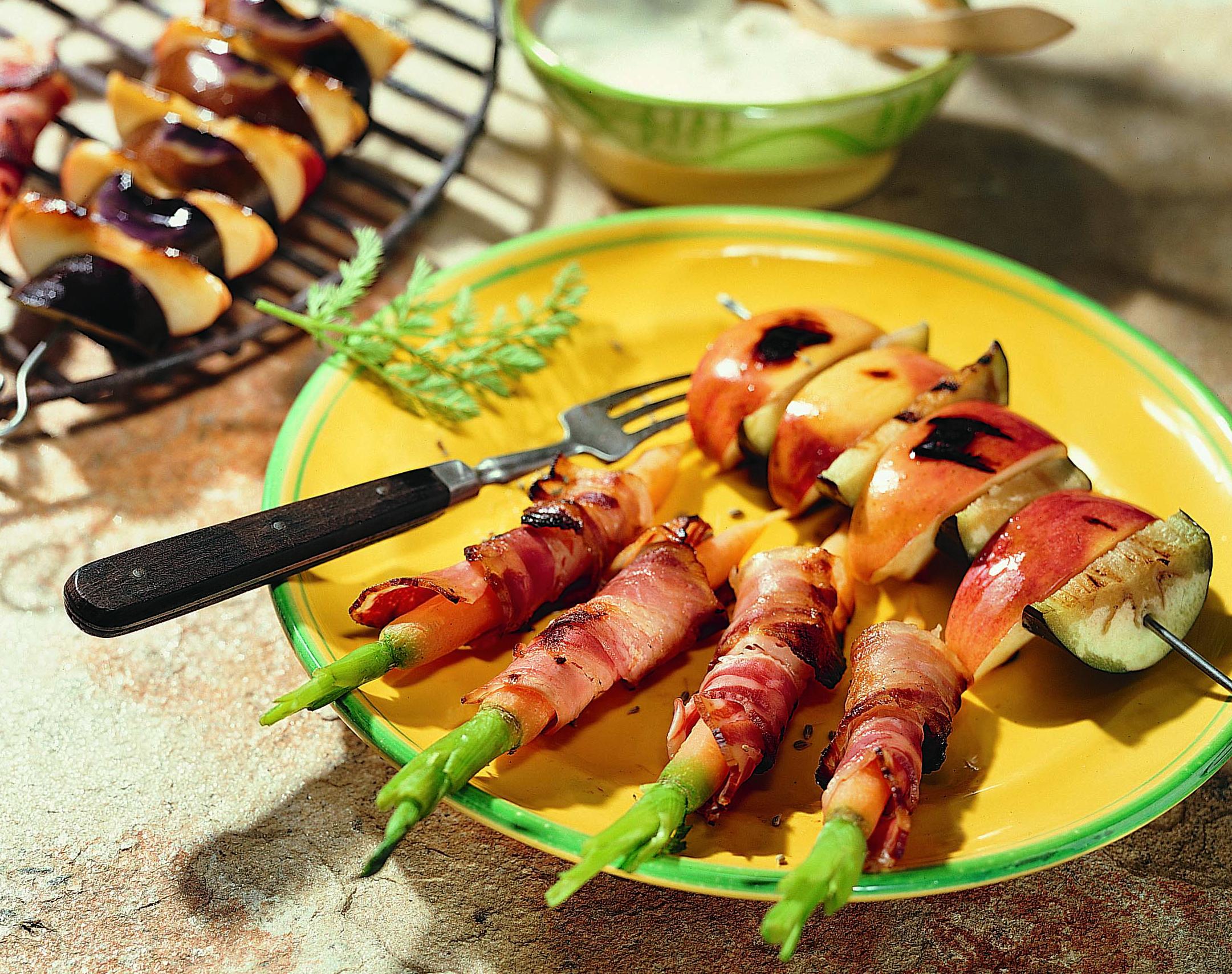 Brochettes pomme-aubergine au barbecue et carottes au lard