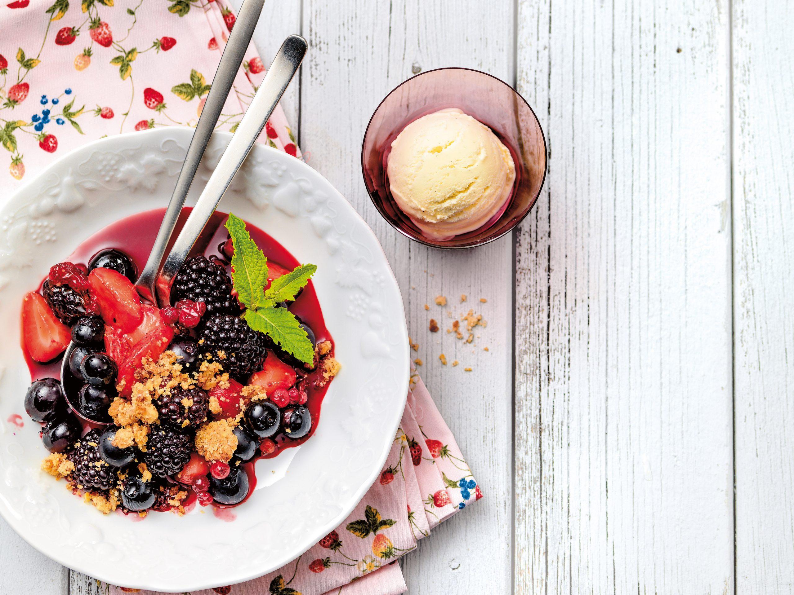 Beeren-Crumble mit Vanilleglace