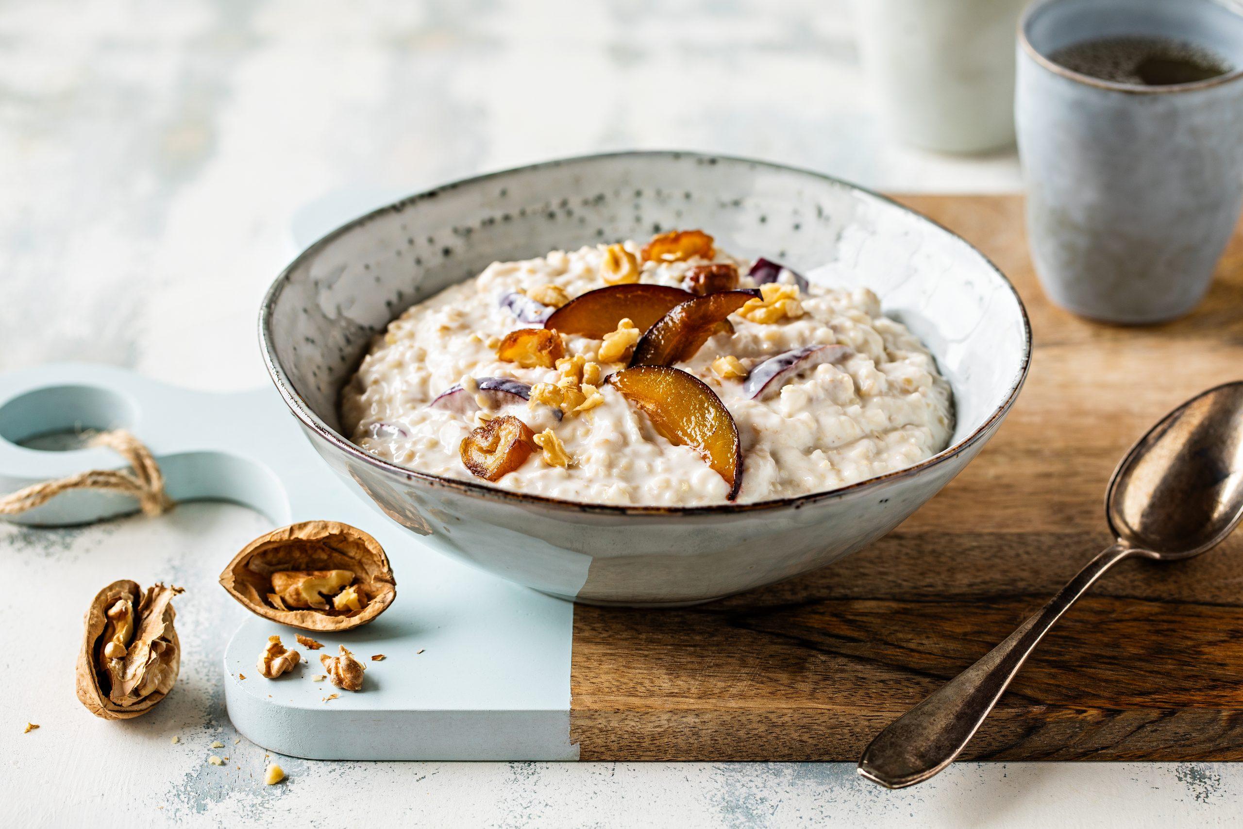 Porridge à la poire, aux pruneaux et aux dattes