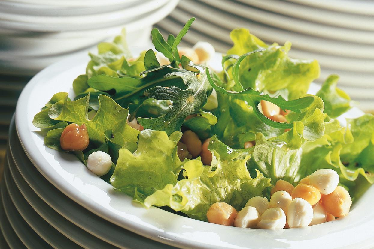 Salade verte aux pois chiches et à la mozzarella