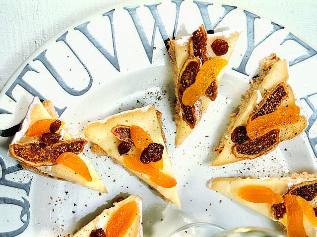 Canapés mit Weissschimmelkäse und Früchten
