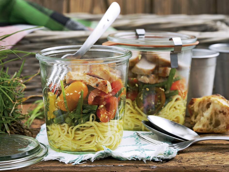 Chinesischer Nudelsalat im Glas mit Fleischstreifen