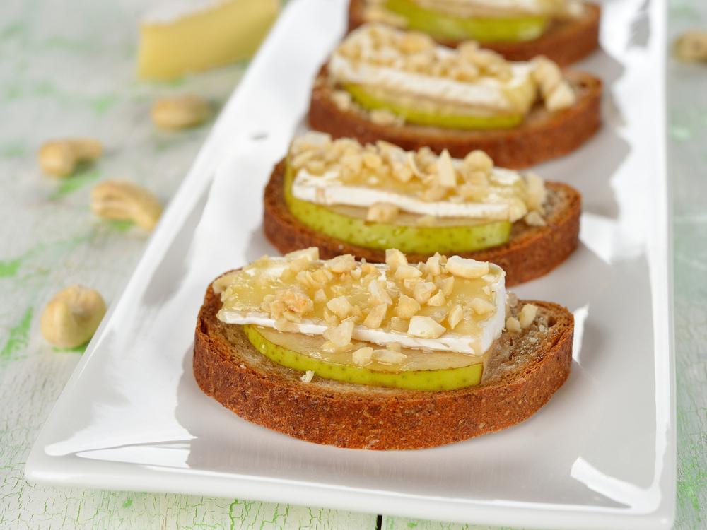 Crostini mit Camembert, Birnen und Nuss