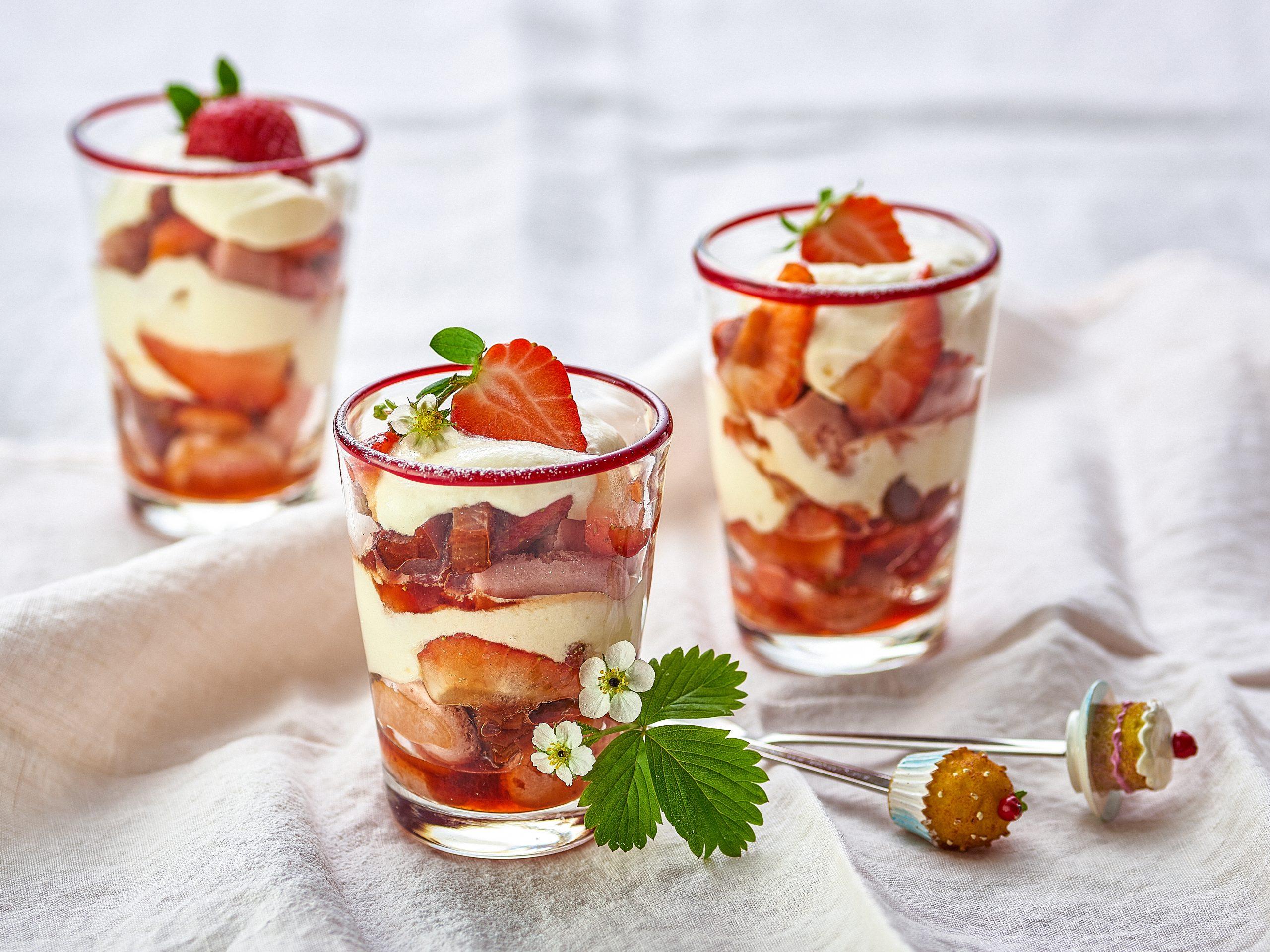 Erdbeer-Rhabarber-Tiramisu im Glas