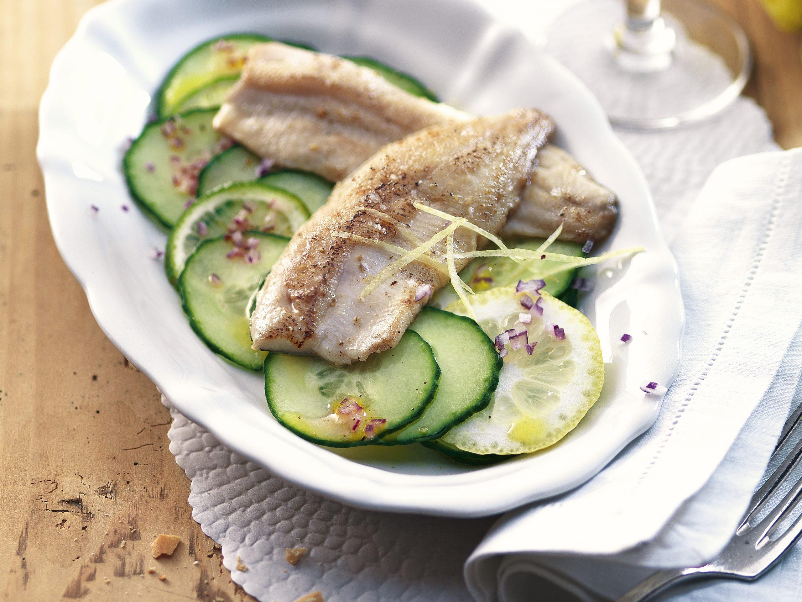 Filets de féra et salade de concombres