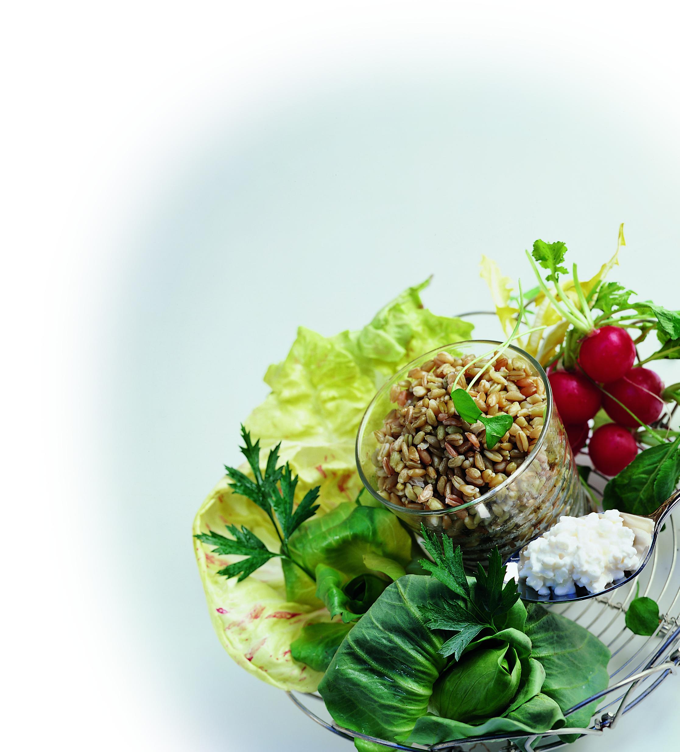 Salade de printemps à l'épeautre mariné