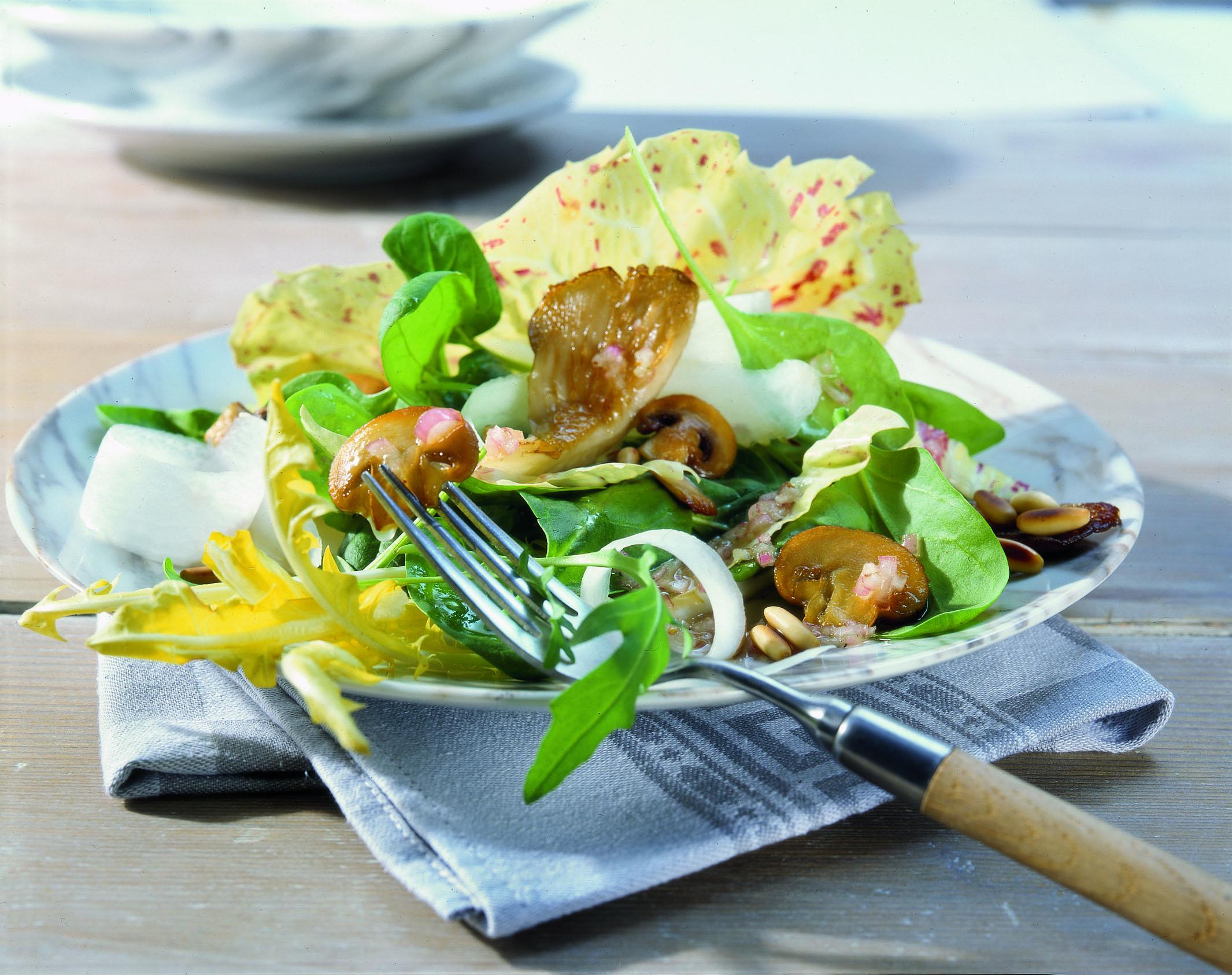 Frühlingssalat mit Pilzen und Honigsauce