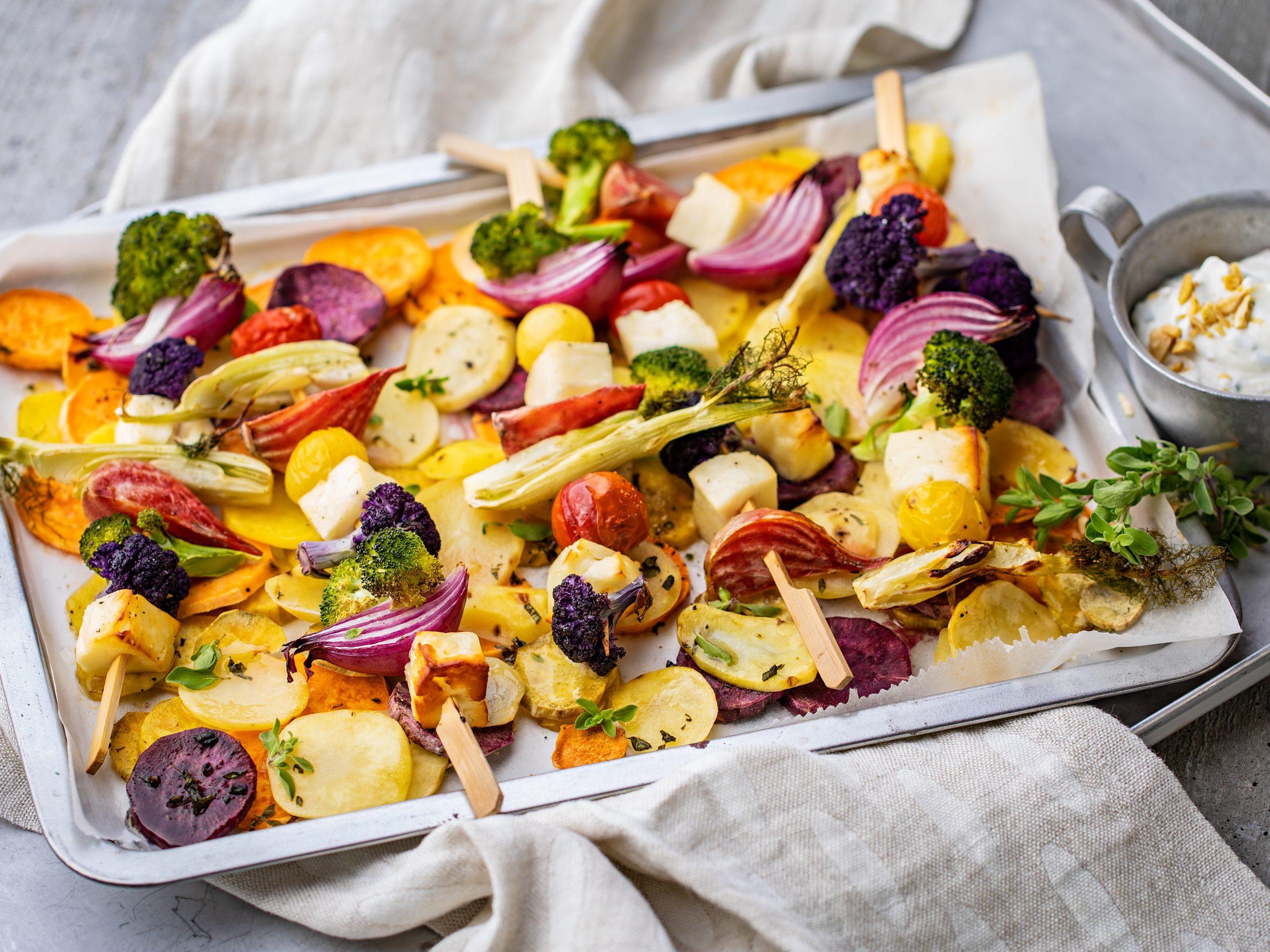 Brochettes de légumes et de fromage grillé au four