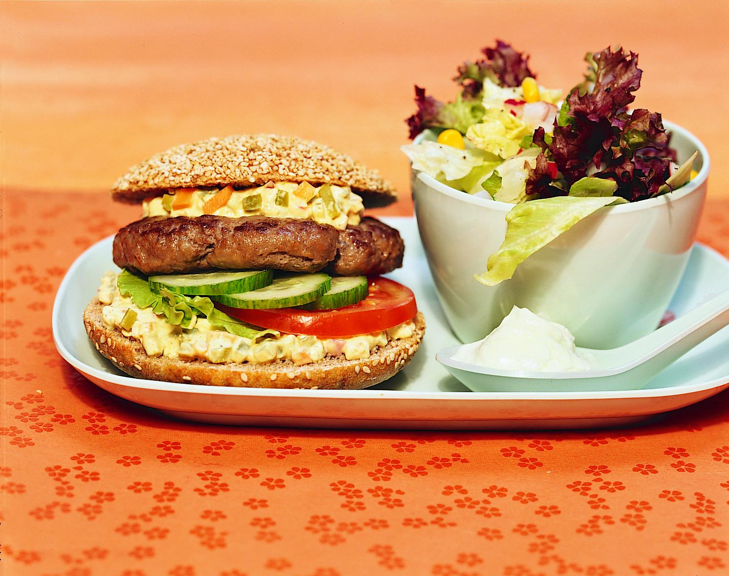 Hamburger mit buntem Mischsalat