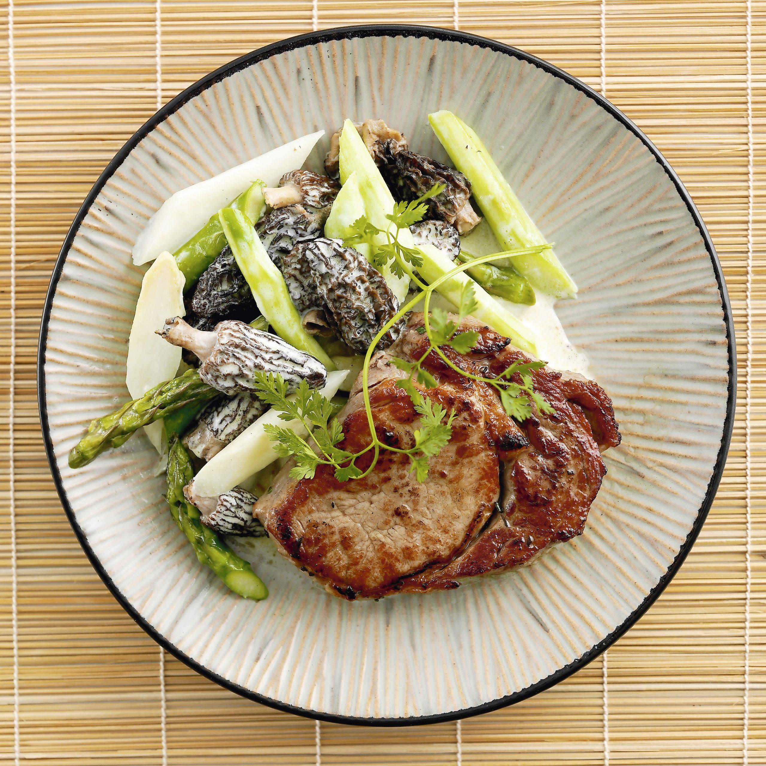 Kalbssteak mit Spargel-Morchel-Gemüse (Low Carb)