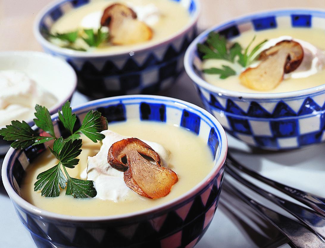 Kartoffel-Rahmsuppe mit gebratenen Steinpilzen