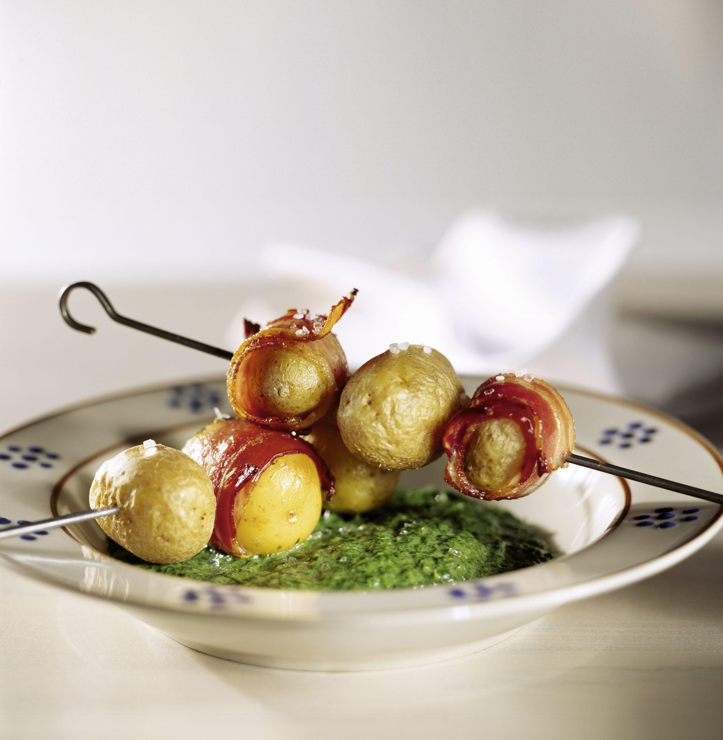 Kartoffel-Speck-Spiesse auf Spinat