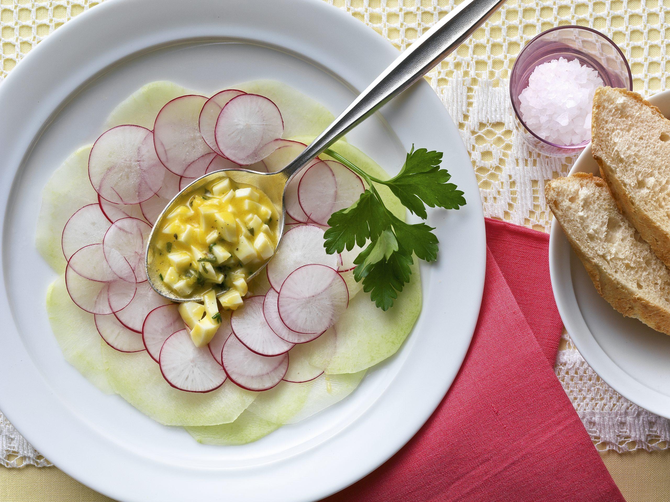 Salade de colrave vinaigrette aux oeufs et à l'ail des ours