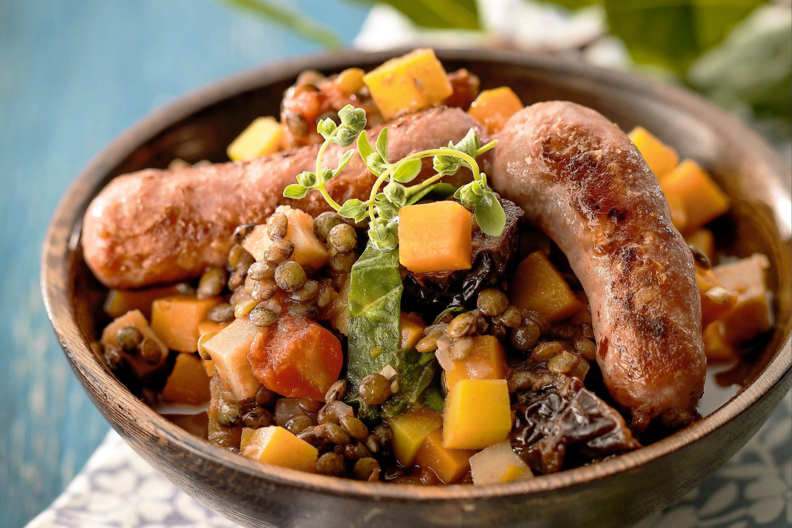 Linseneintopf mit Gemüse und Bratwurst