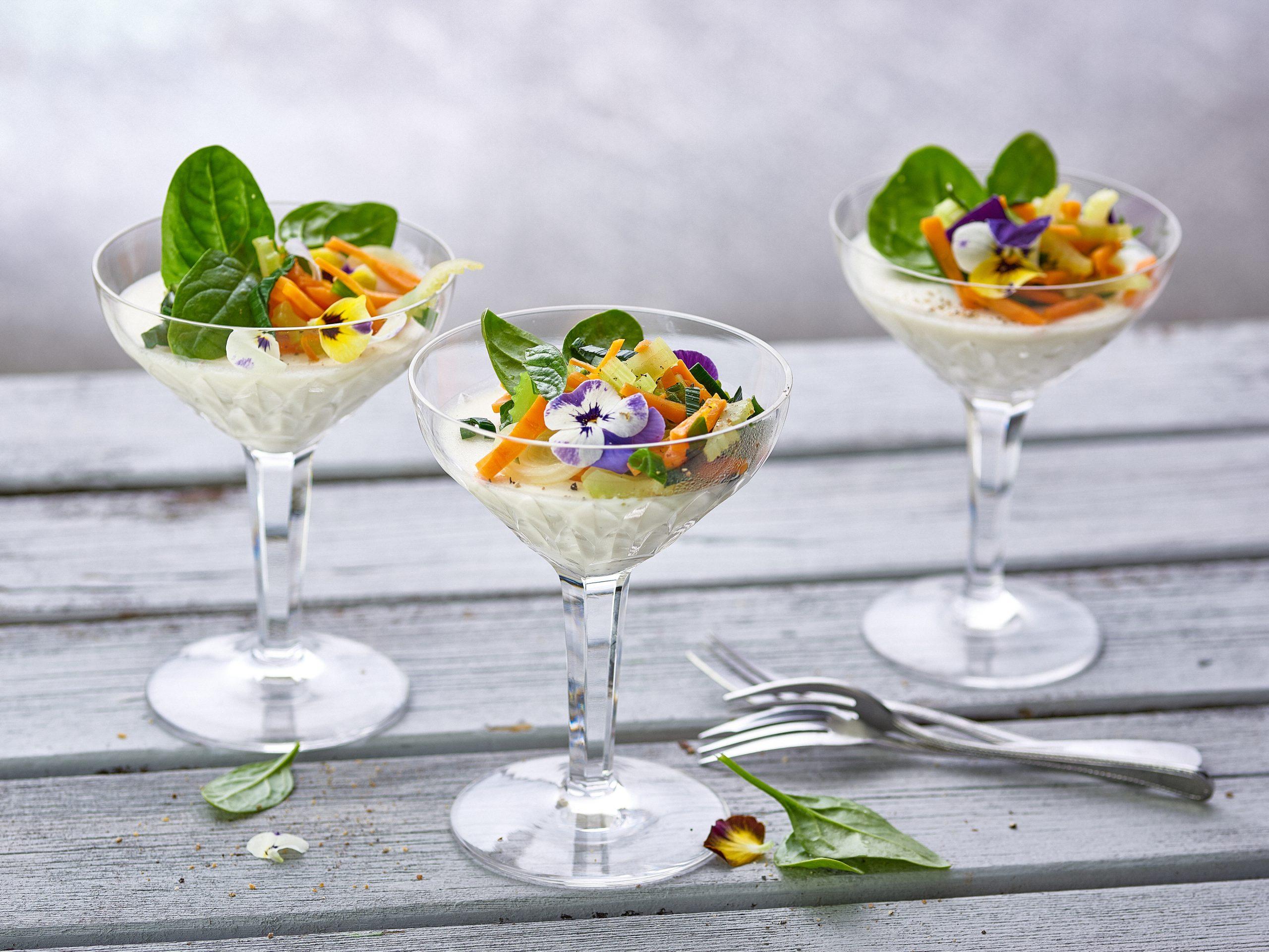 Mozzarella-Panna-cotta mit Gemüse-Salat