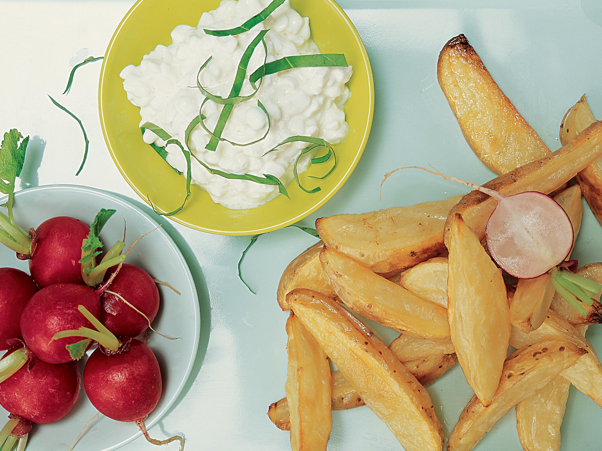 Pommes de terre country, radis et cottage cheese à l'ail des ours