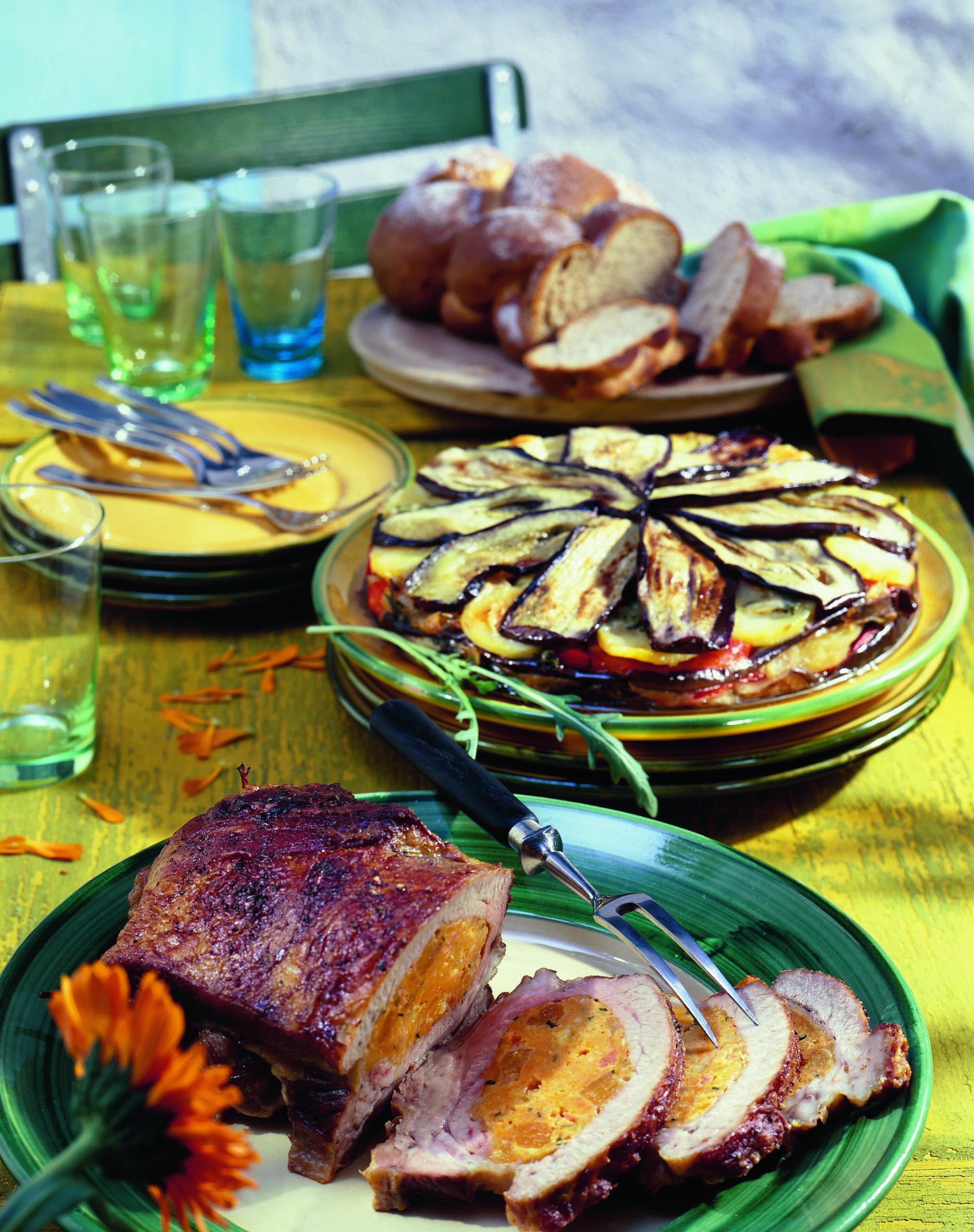 Tarte aux poivrons et aux aubergines garnie de fromage à rebibes et de rucola