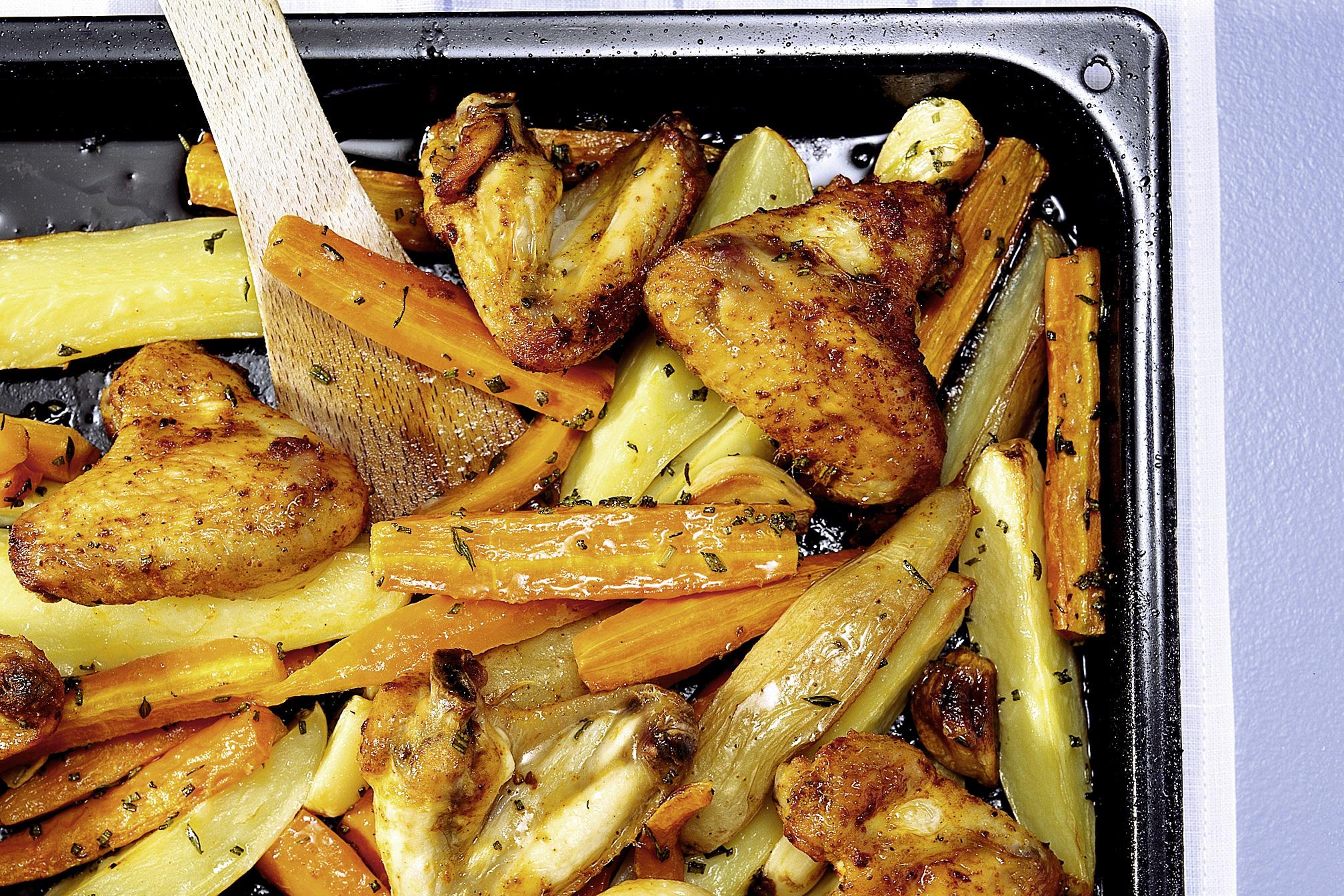 Pouletflügeli aus dem Ofen mit Kartoffeln und Rüebli