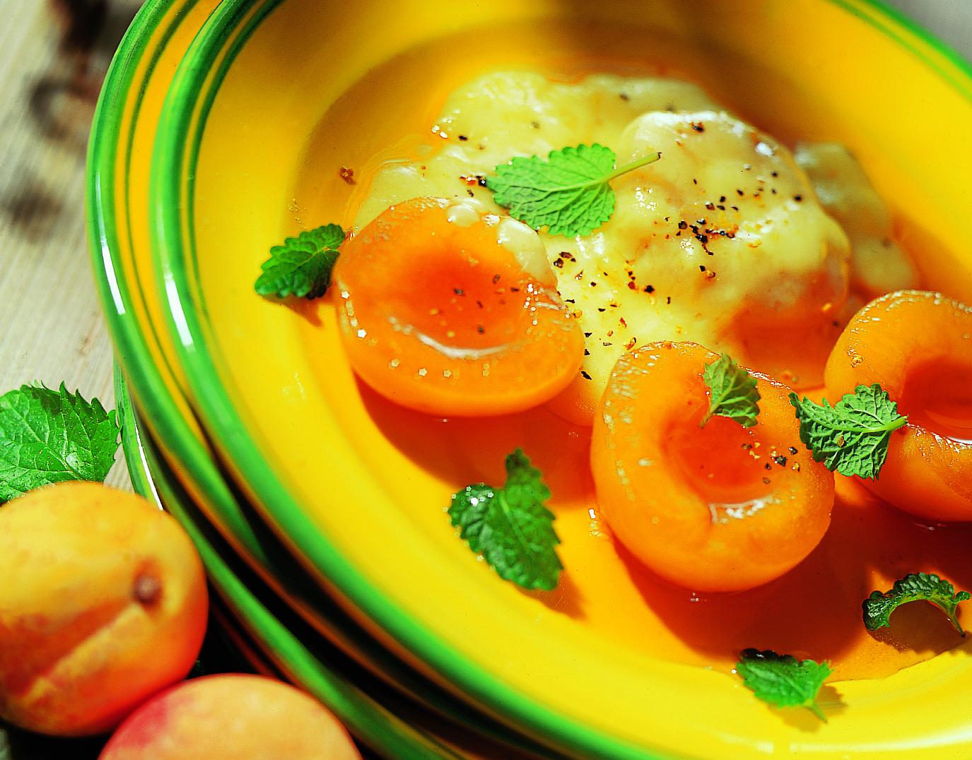 Raclette à l'aigre-doux avec abricots poivrés