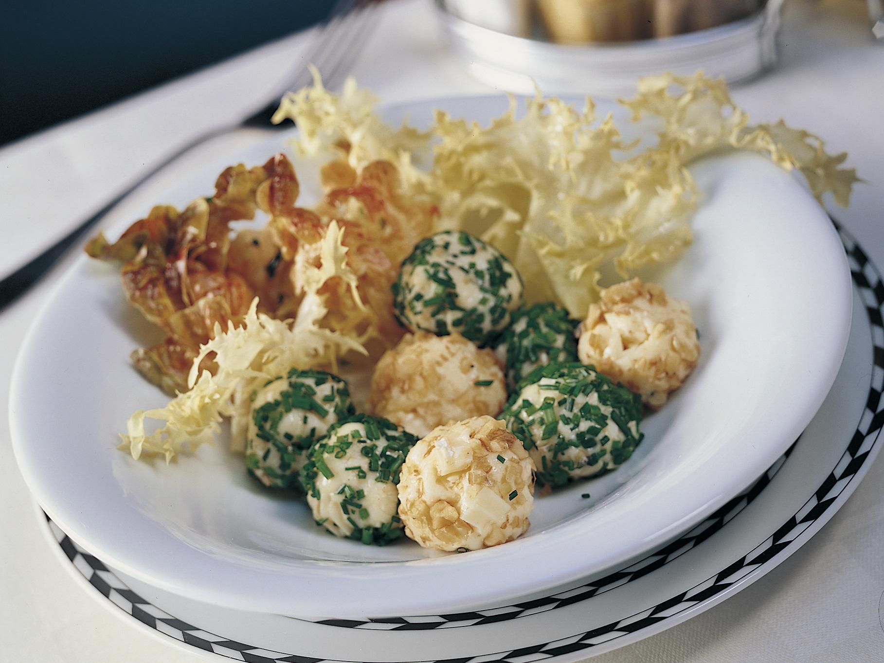 Boulettes au fromage et salade verte