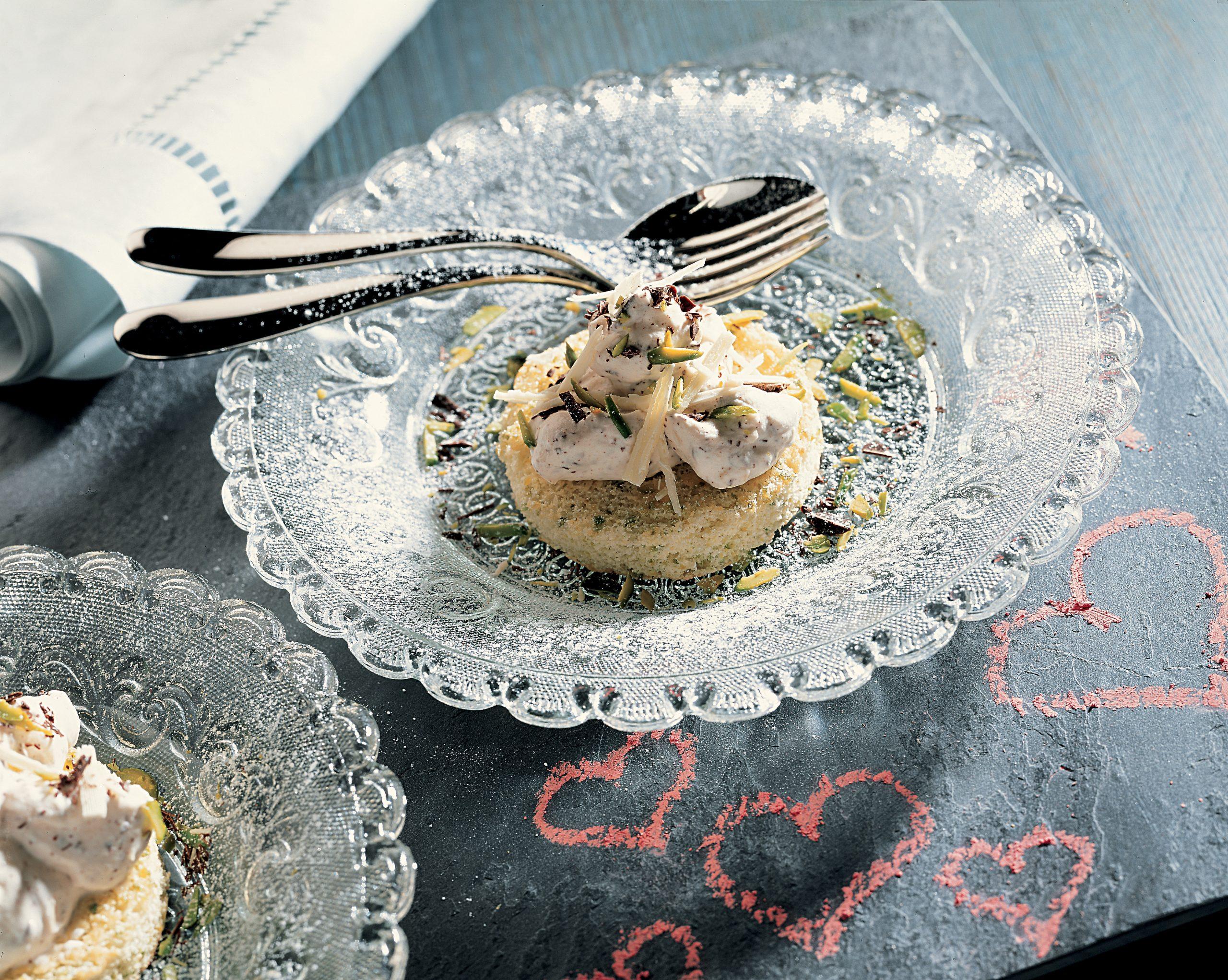 Biscuits aux pistaches couronnés de tartare au chocolat