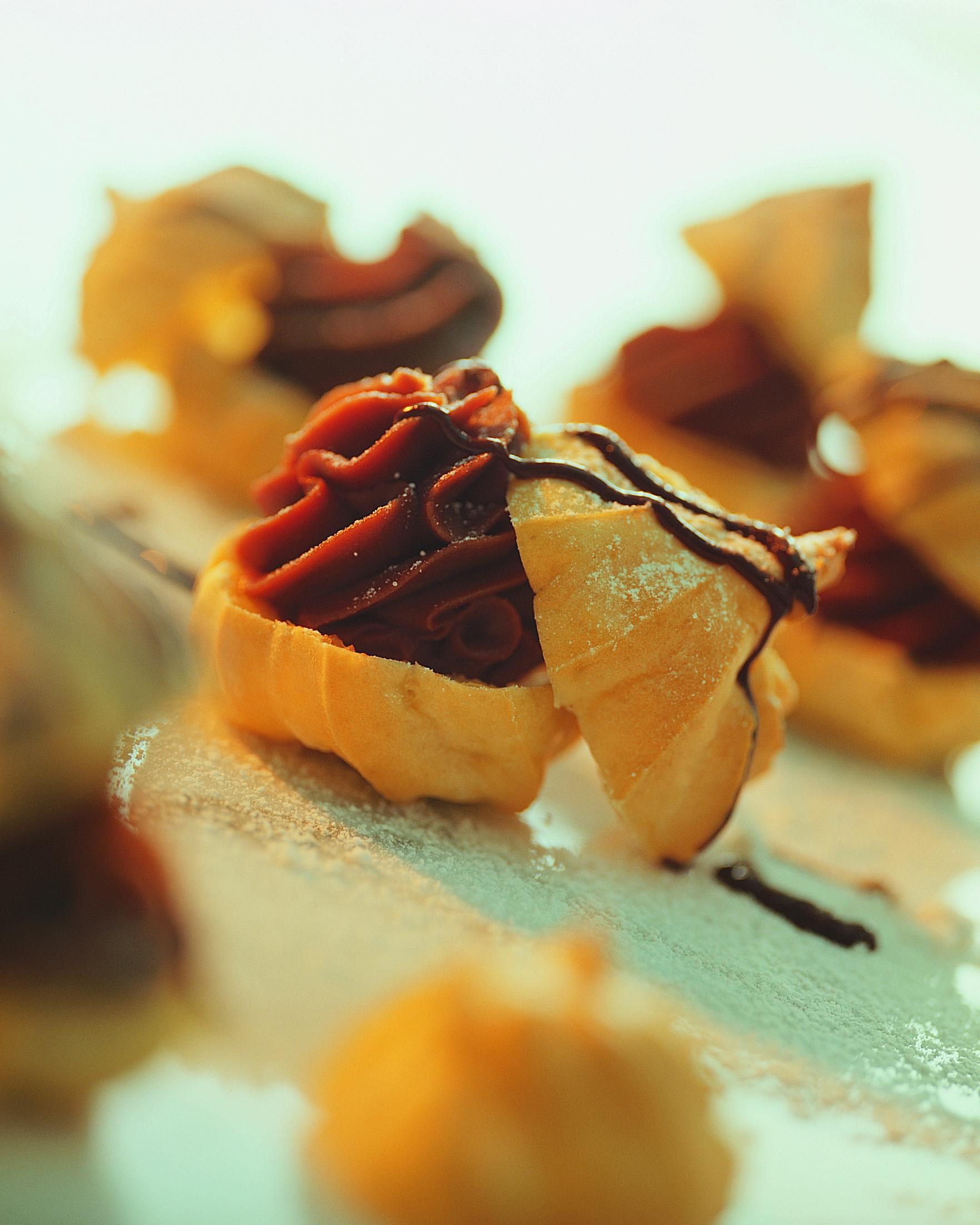 Schokoladen-Windbeutel mit Kirsch