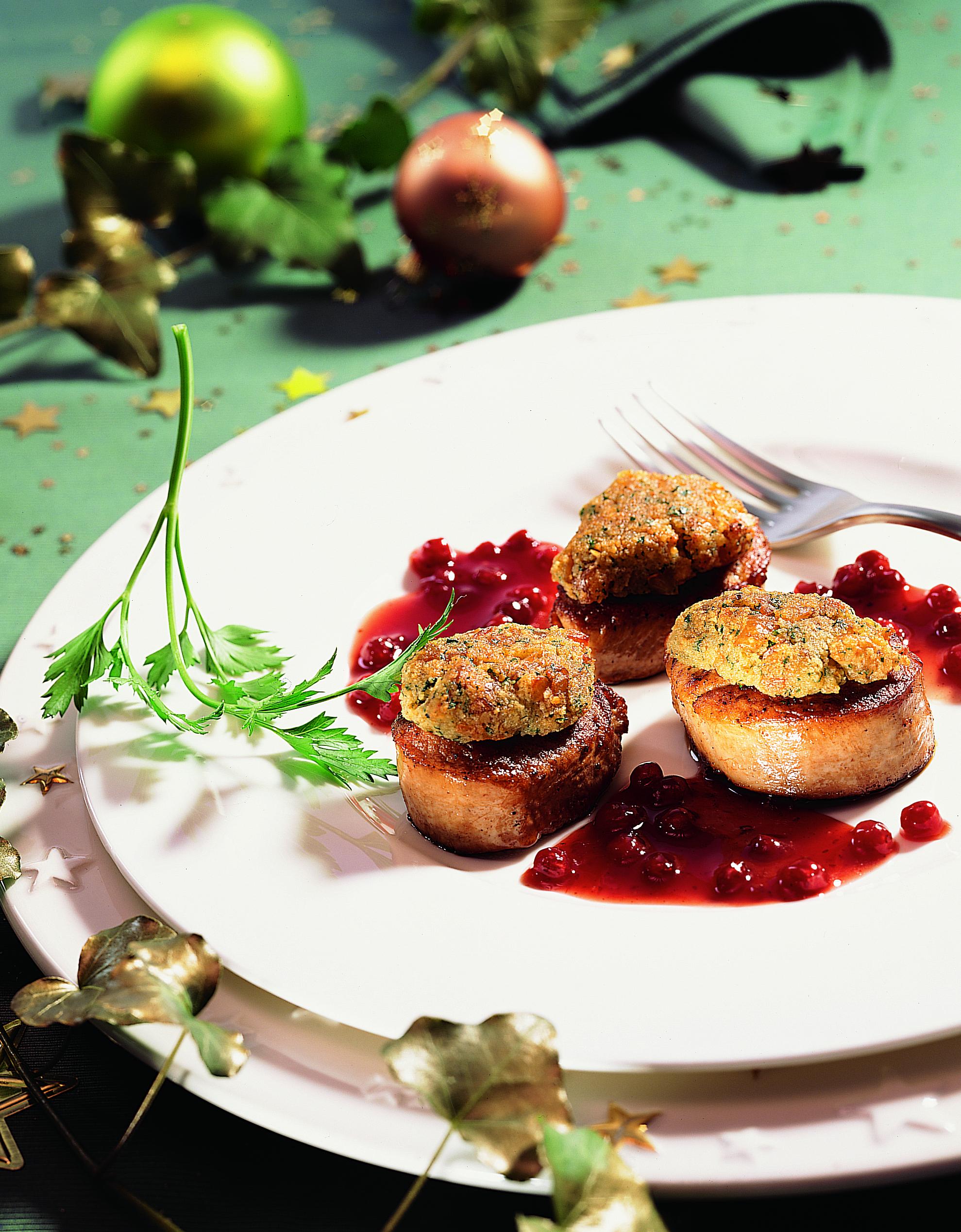 Schweinsfilet-Medaillons mit Marronikruste und Zimt-Preiselbeer-Sauce