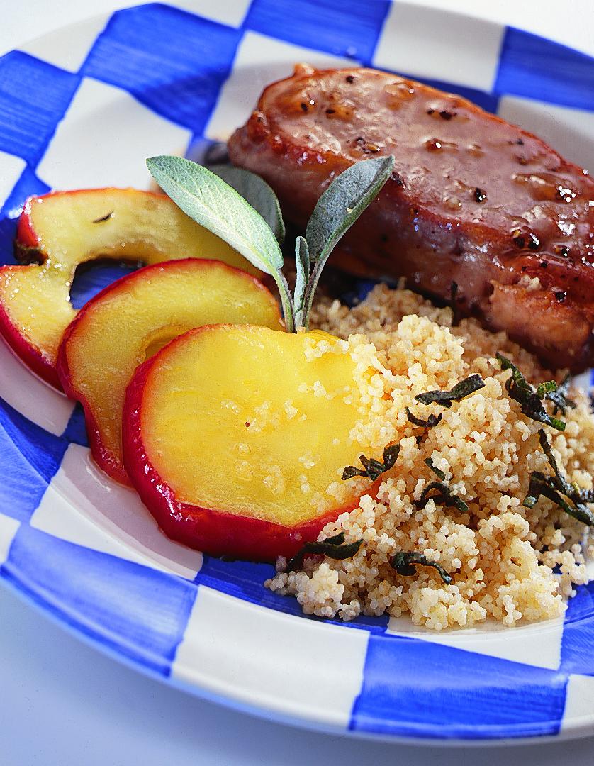 Tranches de porc glacées et couscous à la sauge