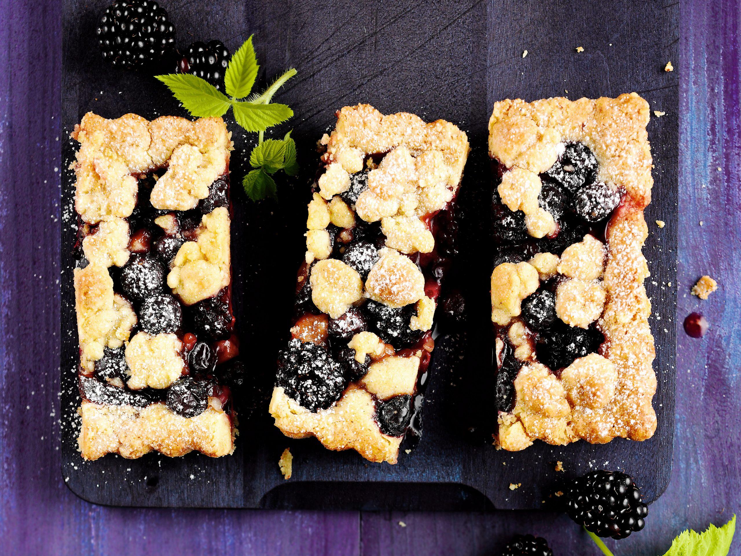 Gâteau crumble pruneaux-fruits rouges