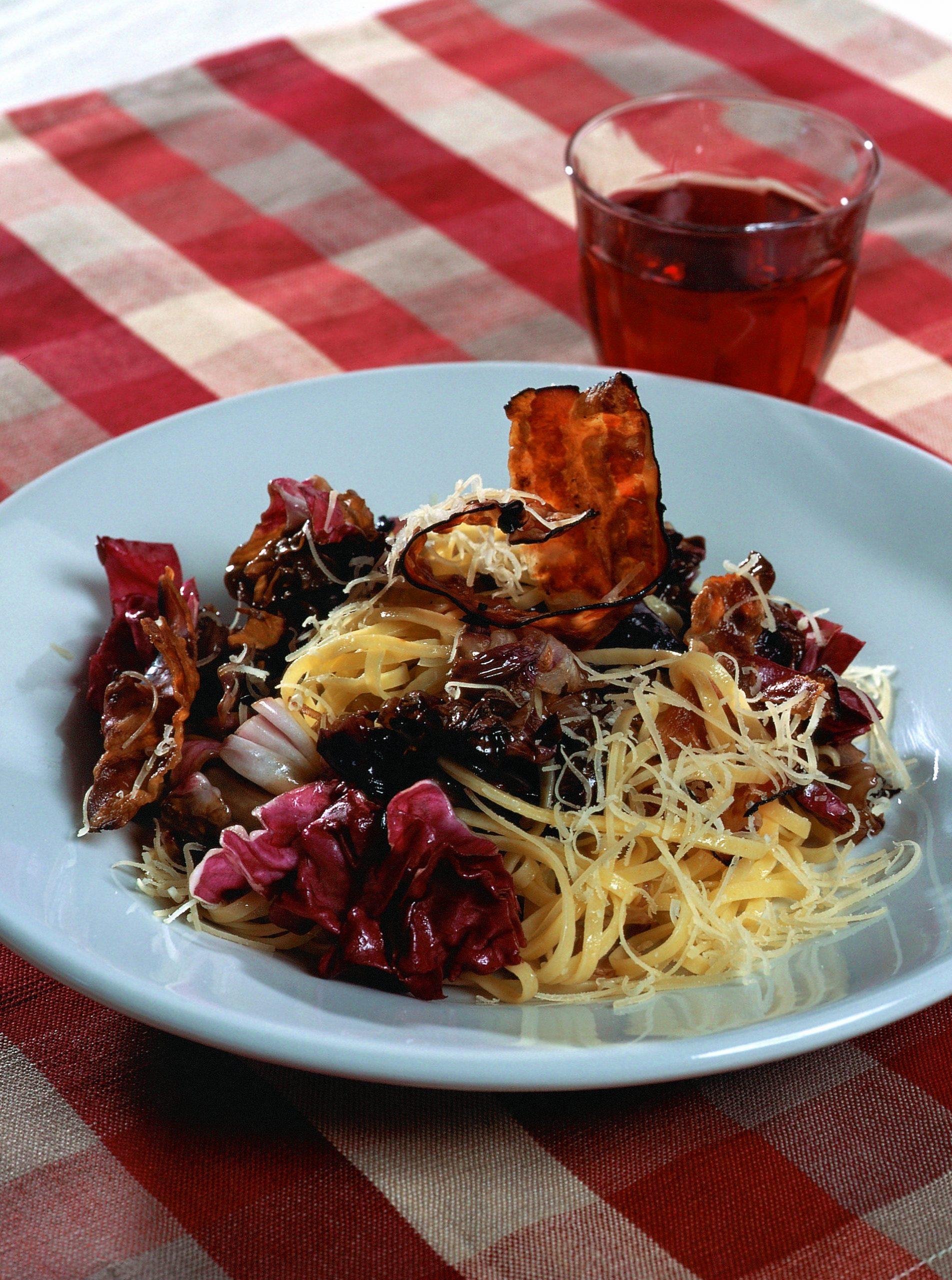 Taglierini mit Cicorino rosso und Speck