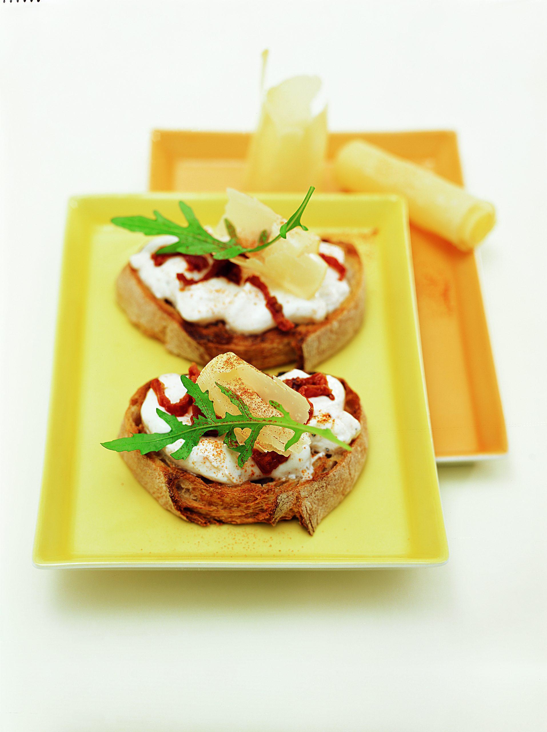 Tomaten-Crostini mit Rucola