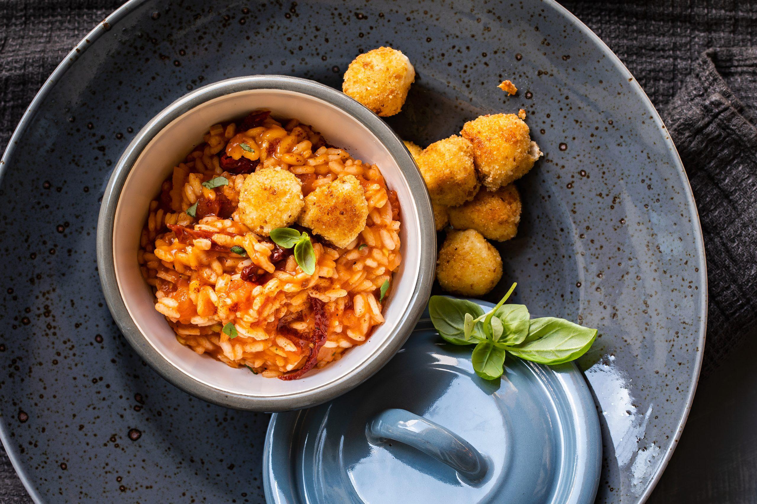 Tomatenrisotto mit paniertem Mozzarella