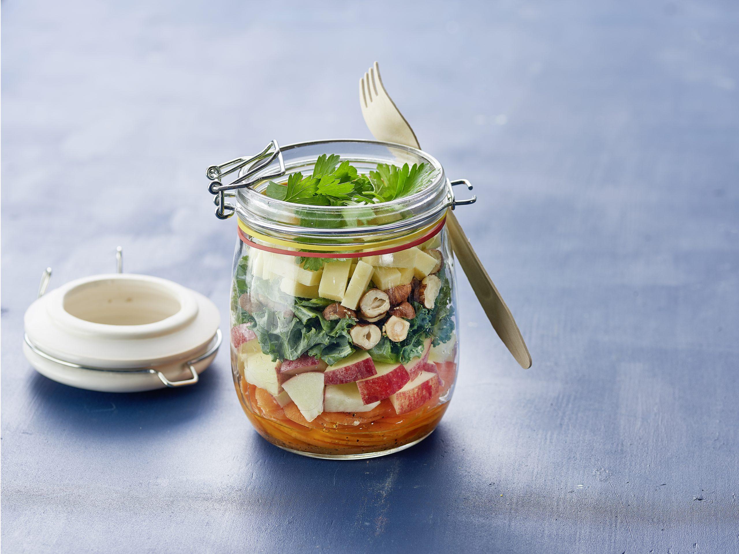 Wintersalat im Glas mit Käse und Honig-Dressing