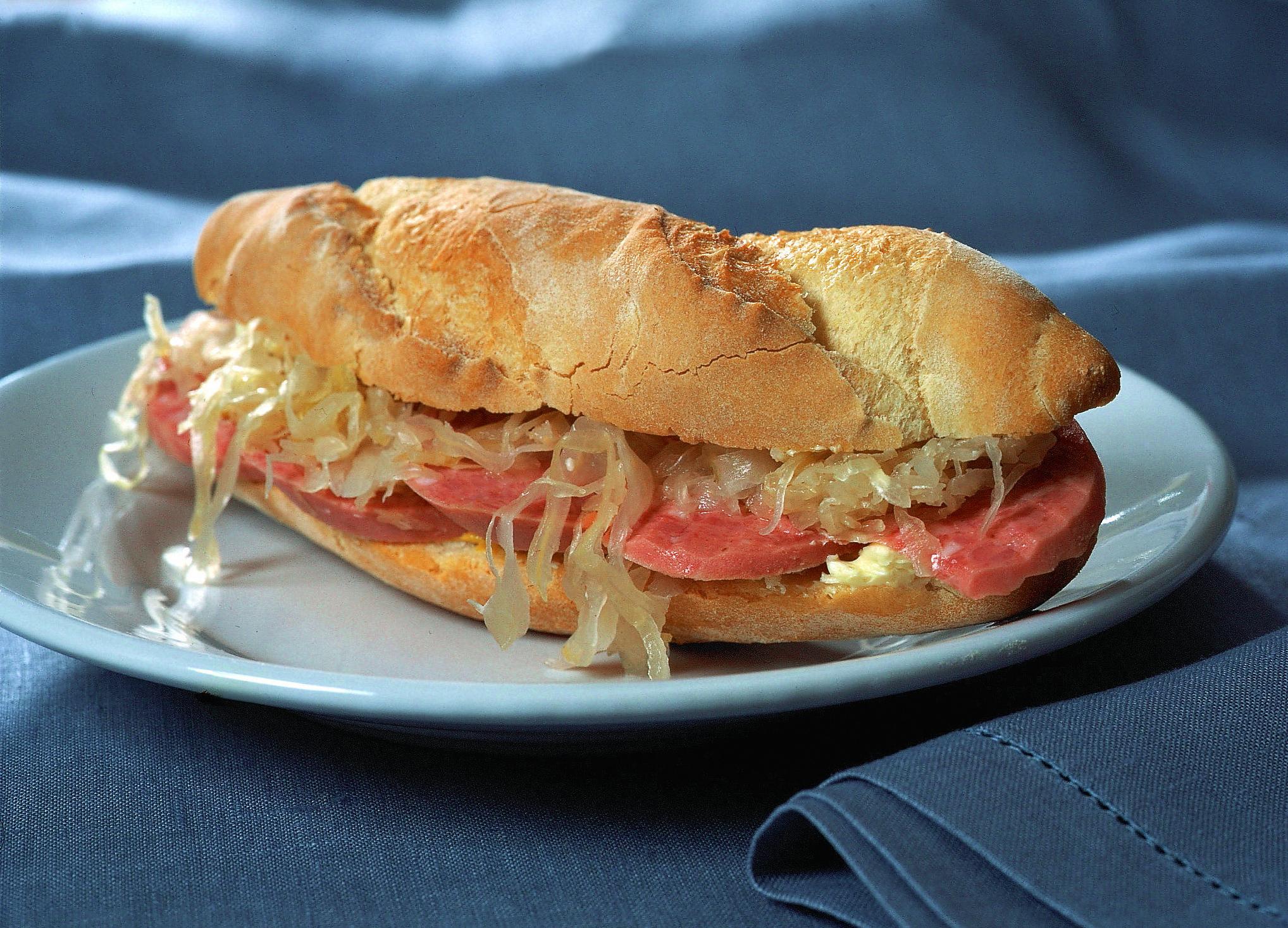 Wurst-und-Sauerkraut-Sandwich