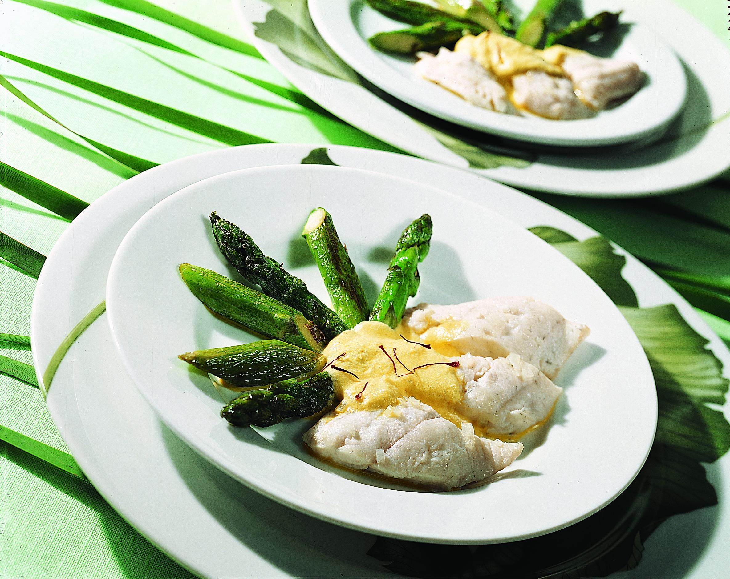 Filets de sandre, asperges et sauce au safran
