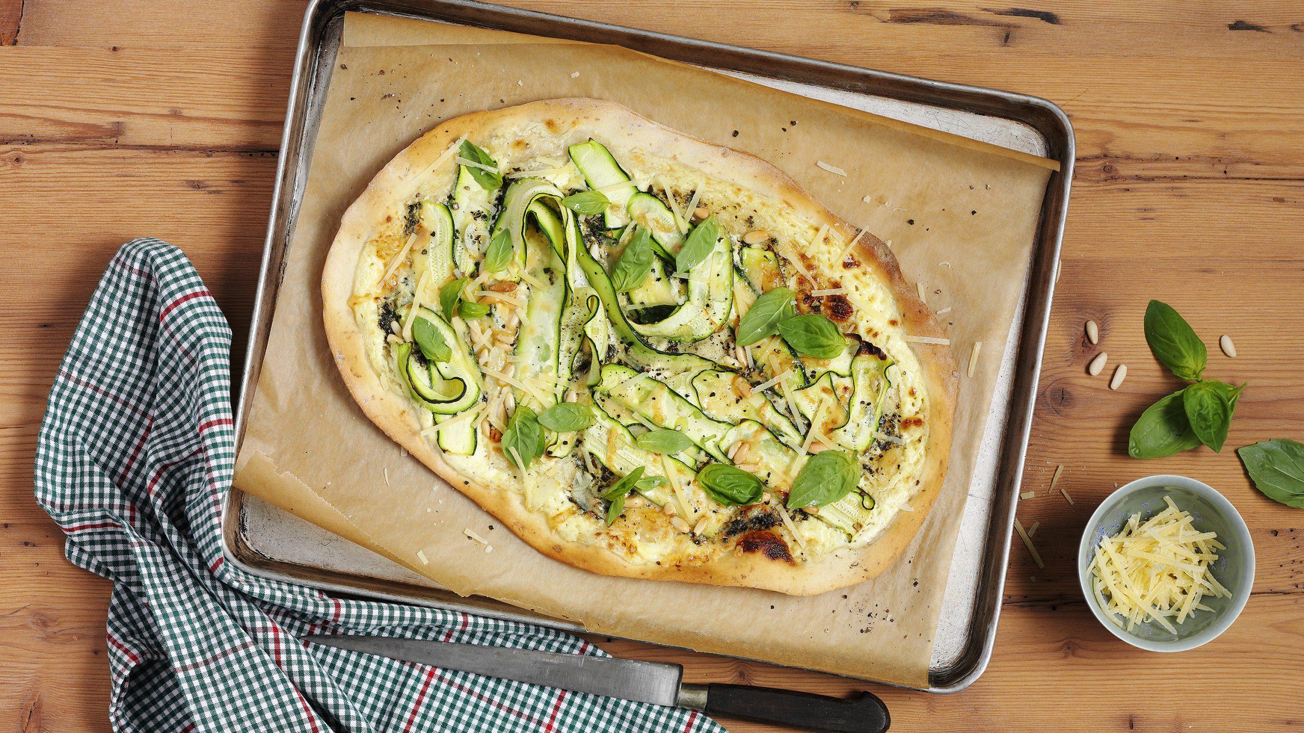 Zucchini-Flammkuchen vegetarisch mit Pesto